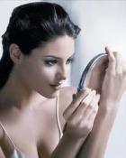 Femeile isi petrec cinci zile pe an in fata oglinzii